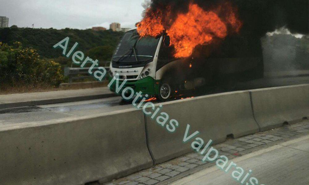 Microbus se incendia en subida Alessandri