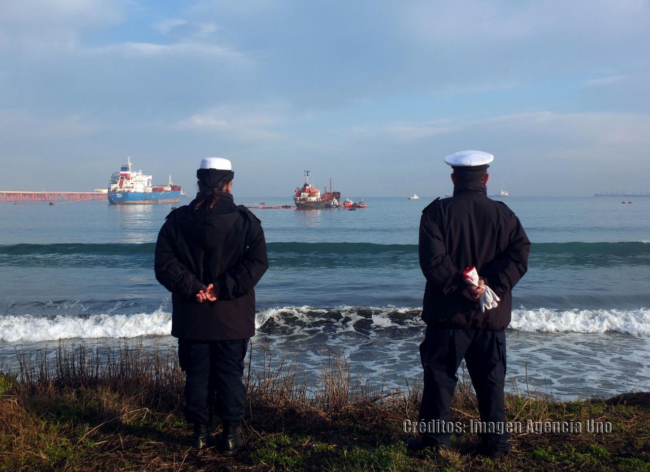 Pescadores encuentran manchas contaminantes en la bahía de Ventanas
